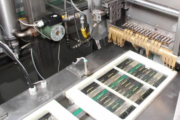 I preformati passano sotto alla macchina che li riempirà di cioccolato.