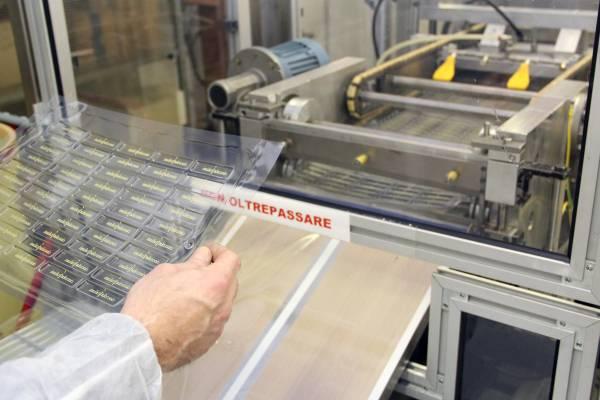 Il controllo qualità dei fogli preformati su cui verrà colato il cioccolato.