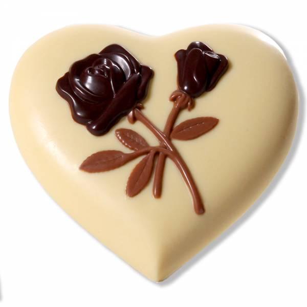 Cuore di cioccolato bianco  con rose in rilievo.