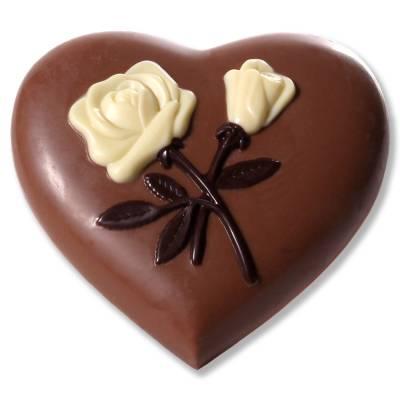 Cuore di cioccolato con rose in rilievo.