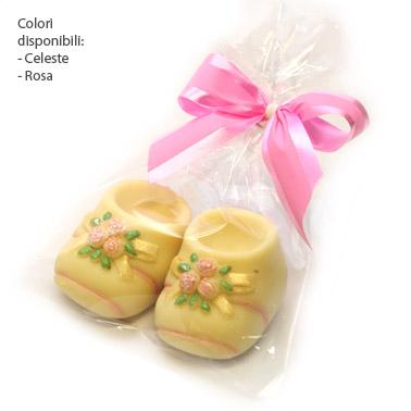 Scarpette bebè di cioccolato bianco decorate a mano e in sacchettino Crystal con fiocco twist abbinato.