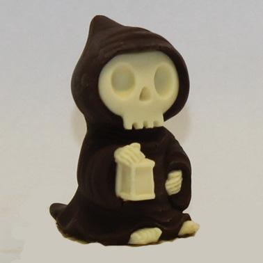 Scheletro incappucciato con lanterna di cioccolato bianco e fondente o latte