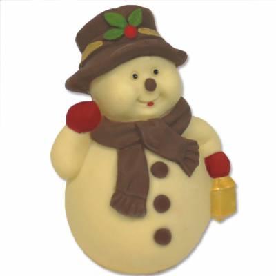 Pupazzo di neve di cioccolato con sciarpa e cappello e lanterna in mano.