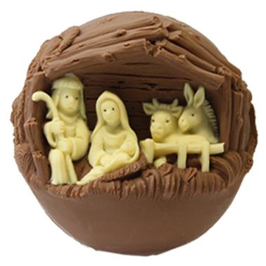 Sfera di cioccolato dove è incavata la grotta con la Sacra Famiglia, il bue e l'asinello.