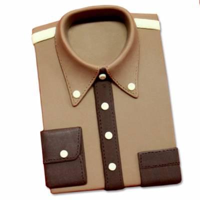 Camicia da uomo ai tre cioccolati, ben piegata appena uscita dalla scatola.