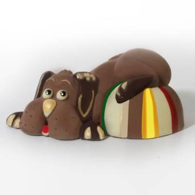 Cane con palla ai tre cioccolati e decorato a mano.