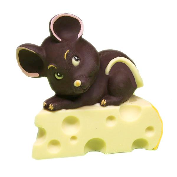 Topolino sul formaggio di cioccolato e decorato a mano.