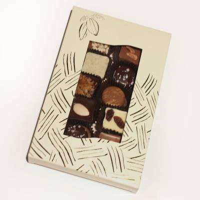 Astuccio con 10 cioccolatini assortiti di cioccolato bianco, al latte e fondente e guarniti con frutta secca e candita, caffè e cereali.