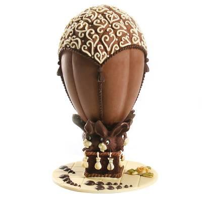Uova-di-Pasqua-di-cioccolato-a-forma-di-mongolfiera-guidata-da-coniglietti