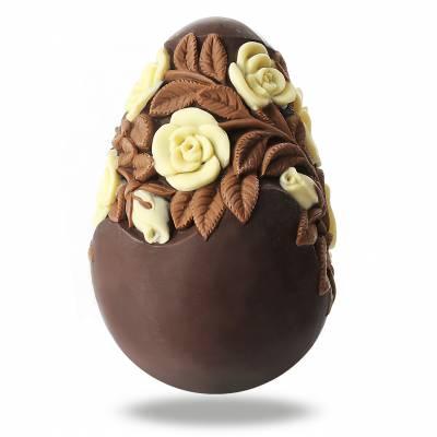 Uova di Pasqua di cioccolato decorate con rose