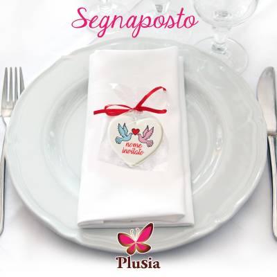 segnaposto di zucchero a forma di cuore con il nome di ogni invitato