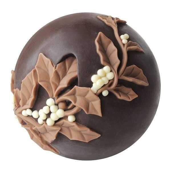 Agrifoglio su sfera natalizia di cioccolato - Natale di Cioccolato
