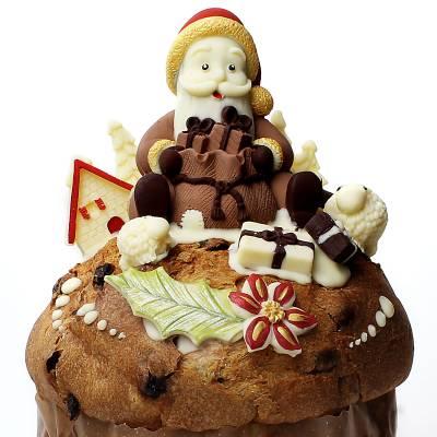 Babbo Natale di cioccolato su un panettone