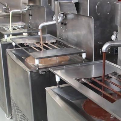 Tre temperatrici di cioccolato in funzione
